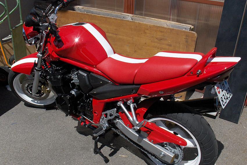 Perin Motorradsattel rot-weiss gestreift